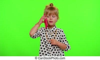 me, appeler, dit, enfant, girl, vous, dos, appareil photo, élégant, geste, aimer, hé, regarder, téléphone, espiègle