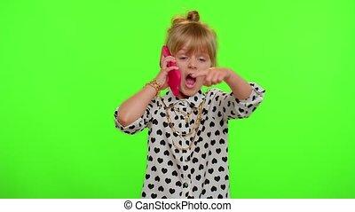 me, appeler, rigolote, dit, enfant, girl, vous, dos, appareil photo, geste, aimer, hé, regarder, téléphone, espiègle