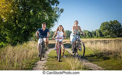 meadow., concept, famille, jeune, bicycles, équitation, sport