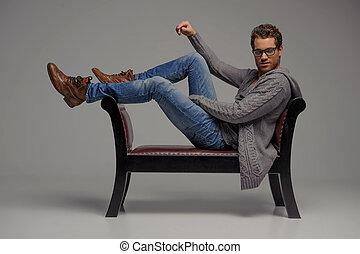 men., gris, décontracté, hommes, jeune, isolé, regarder, quoique, appareil photo, séance, beau, chaise, lunettes