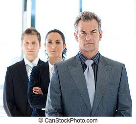 mener, équipe, business, homme affaires, sérieux