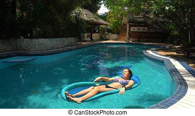 mensonge, jour ensoleillé, eau, piscine, jeune femme, matelas