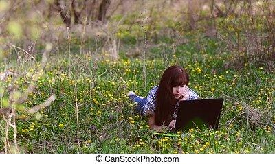 mensonge, ordinateur portable, femme, pré, fonctionnement