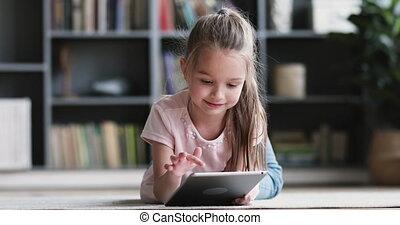 mensonge, préscolaire, curieux, girl, moquette, seul, tablette, mignon, utilisation