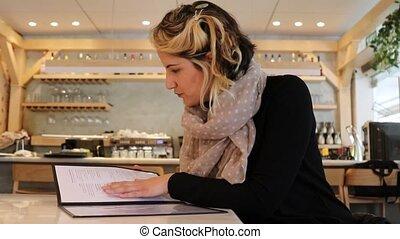 menu, recherche, femme, options, restaurant