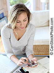 message, femme, smartphone, dactylographie