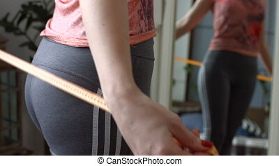 mesurer, femme, elle, milieu, bande, vieilli, hanches