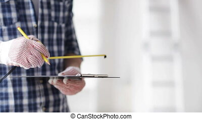 mesurer, règle, haut, presse-papiers, fin, homme