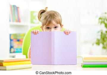 mignon, derrière, livre, enfant, girl, dissimulation