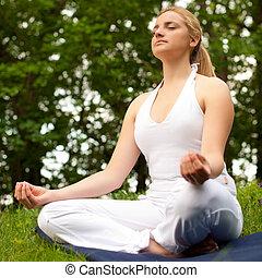 mignon, extérieur, nature, parc, médite, -, jeune, champ, vert, méditation, herbe, girl