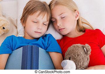 mignon, fatigué, sommet, après, deux, lit, dormir, day., quoique, ensemble, actif, enfants, mensonge, vue