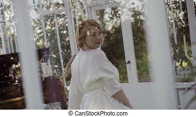 mignon, femme, grand, jeune, panoramique, fenêtre, lingerie, poitrine, blond, entourer