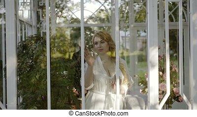 mignon, femme, grand, jeune, panoramique, fenêtre, lingerie, poitrine, blond