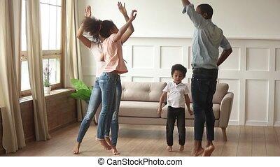 mignon, gosses, danse, américain, parents, africaine, maison, heureux