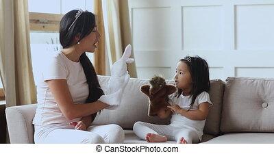 mignon, jouer, asiatique, couronne, mère, girl, marionnettes, enfant, usure