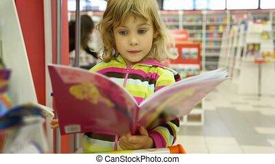 mignon, peu, enfant, librairie, regarder, livre, girl, surpris