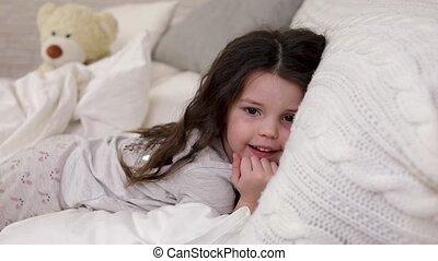 mignon, peu, réveille, haut, lit, sommeil, enfant, girl
