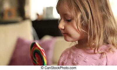 mignon, peu, regardant télé, bonbon, girl