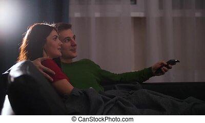 mignon, regardant télé, couple, jeune, divan, mensonge