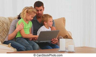mignon, regarder, ordinateur portable, famille