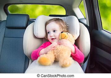 mignon, voiture, vacances, siège, pendant, girl, enfantqui commence à marcher, voyage