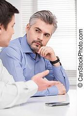 milieu, business, vieilli, jeune, séance, écoute, portrait, man., sérieux, adulte, collègue