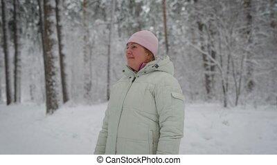 milieu, jour, porter, adulte, forêt, beau, blond, veste, glacial, sous, neige-couvert, caché, cheveux, debout, pin, femme, apprécie, chapeau hiver, rose, blanc