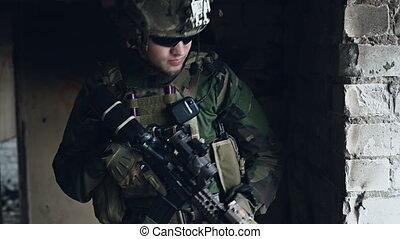 militaire, obtenir, garde, stand, regarder, territoire, bras, soldat, hommes, bâtiment., défendre, around.