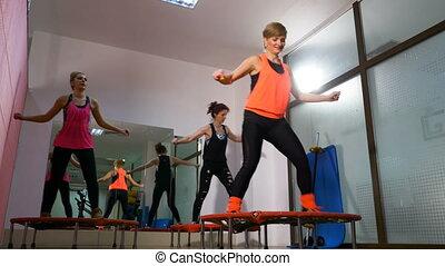 mini, âge, trampoline, milieu, exercices, utilisation, gymnase, femmes