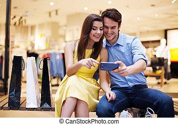 mobile, couple, jeune regarder, téléphone, sourire