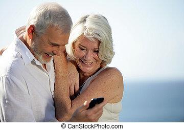 mobile, couple, téléphone, utilisation, personne agee, plage, heureux