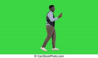 mobile, marche, appeler, écran, tenue, chroma, sien, américain, confection, main, homme affaires, sourire, quoique, key., téléphone vidéo, vert, africaine