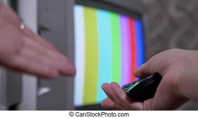 modèle essai, utilisation, tv, commutateur, éloigné, main, smpte, barres, femme, contrôle, couleur, tries