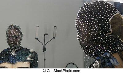 modèle, studio, fond, high-fashion., masque, image, métal, papillons, étincelant, étranger, rhinestones, poser, scintillements, miroir, devant, fille noire, argent