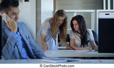 modèles, séance, bureau., deux, discuter, femmes