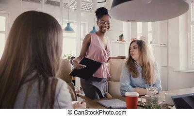 moderne, grenier, gens bureau, travail, employees., jeune, mélangé, directeur, noir, 4k, femme, branché, sourire, inspires, ethnicité, heureux