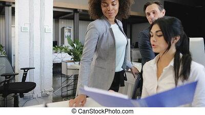 moderne, groupe, business, gens fonctionnement, discuter, bureau, rapports, brain-storming, ensemble, réunion équipe