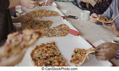 moderne, groupe, professionnels, nourriture, bureau, jeune, créatif, course, ensemble., avoir, équipe, mélangé, manger, apprécier, repas, pizza