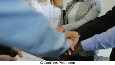 moderne, joindre, professionnels, réussi, bureau, businesspeople, ensemble, créatif, applaudissement, concept, mains, groupe, équipe