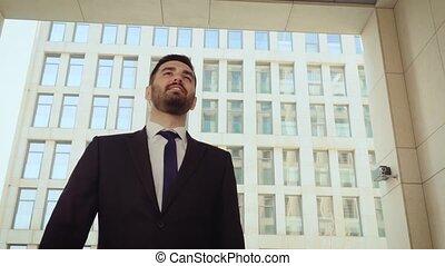 moderne, plein assurance, fond, réussi, heureux, homme, bâtiment., homme affaires, marche, ville, autour de