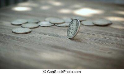 monnaie, argent, sur, tourner, lent, settle., eventually, mouvement, américain, table bois