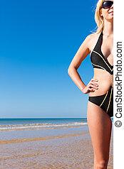 monokini, femme, plage, séduisant