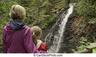 montagne, chute eau, famille, regarder