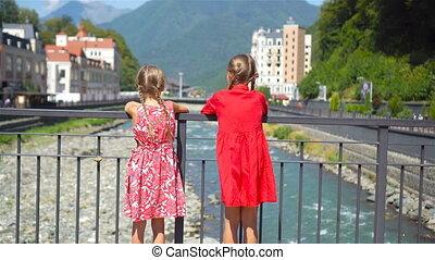 montagne, city., vue, filles, dos, remblai, rivière, européen