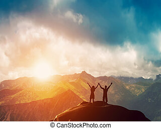montagne, couple, ensemble, heureux