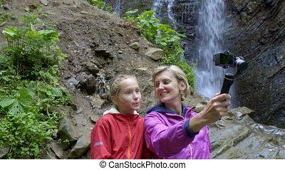 montagne, famille, personnel, appareil photo, chute eau, petit, eux-mêmes, capturer