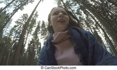 montagne, femme, pov, bois, loin, chassé, jeune, courant, paniqué