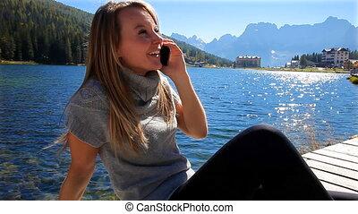 montagne, femme, téléphone