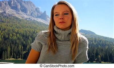 montagne, femme, triste