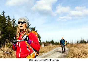 montagne, marche, randonnée couple, piste